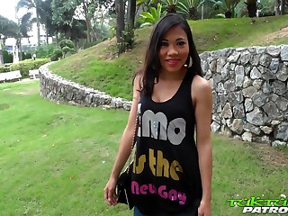 Thai whore Nang flashes will not hear of nice cock sucking skills on dude's cam