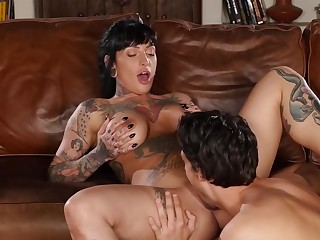 Inked brunette is successfully a for detail blowjob after having her cunt licked
